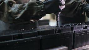 Pracownicy w ochronnym odzież zwrocie przekręcają na nowych bateriach zdjęcie wideo