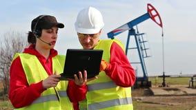 Pracownicy w polu naftowym zbiory