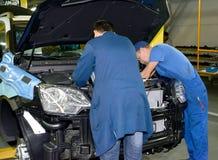 Pracownicy wspinają się szczegóły w podkapotny przestrzeni samochód automobiled obrazy stock