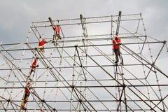 Pracownicy załatwiają wakacyjną dekorację na placu czerwonym w Moskwa Fotografia Stock