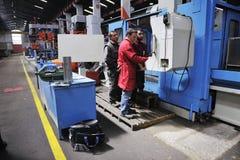 Pracownicy zaludniają w fabryce Zdjęcie Royalty Free