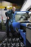 Pracownicy zaludniają w fabryce obraz royalty free
