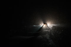 Pracownicy zamiatają śnieg od drogi w zimie, Czyści burzę Obraz Royalty Free