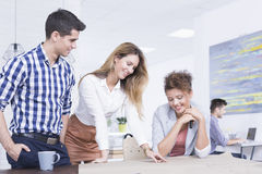 Pracownicy zespalają się brainstorming przy biurkiem fotografia stock