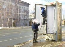 Pracownicy zmieniają reklamowego sztandar obrazy stock