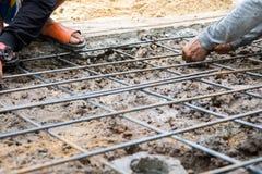 Pracownicza wiąże stalowego baru struktura dla ziemi przy budową Zdjęcie Stock