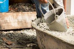 Pracowniczy dolewanie cement dla budowy nowej podłoga dla odświeżanie domu Zdjęcie Royalty Free