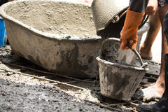 Pracowniczy dolewanie cement dla budowy nowej podłoga dla odświeżanie domu Fotografia Royalty Free