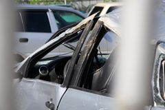 Pracowników okładkowi samochodowi wklęśnięcia z napełniacza materiałem kitują metal szpachelką Samochodowa naprawianie usługa obrazy royalty free