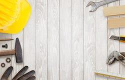 Pracowników budowlanych narzędzia na drewnianym stole Zdjęcia Royalty Free