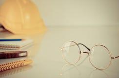 Pracowników budowlanych narzędzia z eyeglasses Zdjęcie Stock