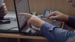 Pracowników punktów palec przy monitorem zdjęcie wideo