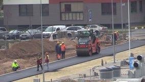 Pracowników, rolownika i asfaltu brukarza maszyny nieatutowy drogowy pobliski dom, zbiory wideo