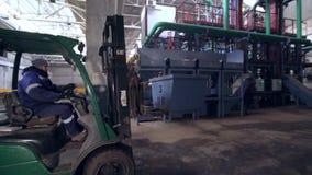 Pracowników transportów zbiornik kruszec z forklift ładowaczem zdjęcie wideo