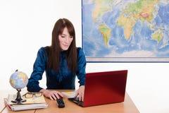 Pracownik agencja podróży pracuje na laptopie obraz stock
