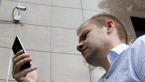 Pracownik angażuje w utworzeniu daleki wideo system obserwacji, korporacyjna ochrona, videcam, inwigilacja zbiory wideo