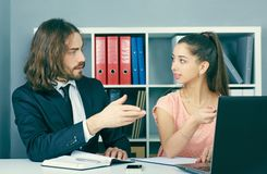 Pracownik asekuracyjna agencja wchodzić do w kontrakt z młodą dziewczyną Biznes, biuro, prawo i legalny pojęcie, obrazy stock