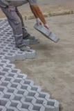 Pracownik brukuje nowych parking miejsca 9 Zdjęcia Royalty Free