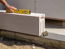Pracownik budowlany - budowy ściana z kamieniami Zdjęcie Royalty Free