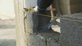 Pracownik budowlany buduje ściana z cegieł, zbliżenie widok przy budową zdjęcie wideo