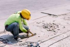 Pracownik budowlany Ciął beton w budowa terenie Fotografia Royalty Free