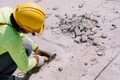Pracownik budowlany Ciął beton w budowa terenie Obrazy Royalty Free