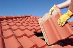 Pracownik budowlany dekarstwa naprawy dachówkowy dom Zdjęcia Stock