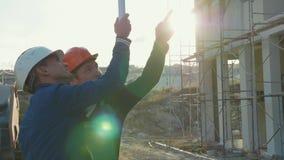 Pracownik budowlany i inżynier opowiada przy budowy miejscem zdjęcie wideo