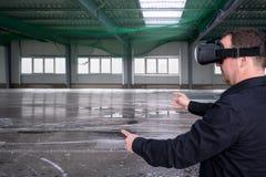 Pracownik budowlany jest ubranym vr szkła zdjęcie royalty free
