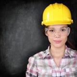 Pracownik budowlany kobieta na blackboard teksturze Zdjęcia Royalty Free
