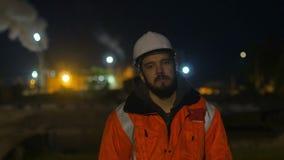 Pracownik budowlany męczący i stać uśpiony w zmierzchu _ 4K zdjęcie wideo