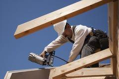 Pracownik budowlany na dachu Zdjęcia Royalty Free