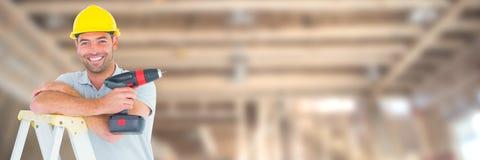 Pracownik Budowlany na placu budowy mienia świderze w górę drabiny obraz royalty free