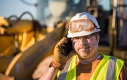 Pracownik Budowlany na telefonie komórkowym Fotografia Royalty Free