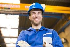 Pracownik budowlany pozuje przed żurawiem Zdjęcia Stock