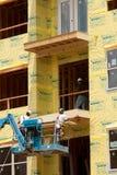 Pracownik Budowlany praca Na balkonie Przy mieszkaniem własnościowym Mieści Developmen zdjęcia stock
