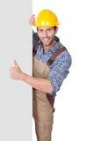 Pracownik budowlany przedstawia pustego sztandar obrazy stock