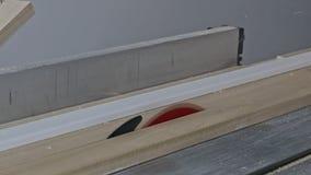 Pracownik budowlany przemodelowywa domowego cieśli ciie drewnianą podstrzyżenie deskę z kółkowym dalej zobaczył zbiory wideo