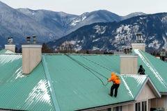 Pracownik budowlany robi niektóre utrzymaniu po zimy i nagły wypadek naprawa szalejemy zdjęcie royalty free