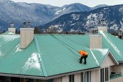 Pracownik budowlany robi niektóre utrzymaniu po zimy i nagły wypadek naprawa szalejemy fotografia royalty free