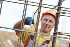 Pracownik budowlany robi wzmacnieniu Obraz Stock