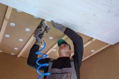 Pracownik budowlany thermally izoluje eco drewnianego ramowego dom Fotografia Stock