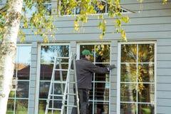Pracownik budowlany thermally izoluje eco drewnianego ramowego dom Fotografia Royalty Free