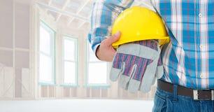 Pracownik budowlany trzyma ciężkiego kapelusz i rękawiczki Fotografia Stock