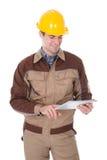 Pracownik budowlany trzyma cyfrową pastylkę Obraz Royalty Free