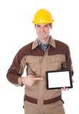 Pracownik budowlany trzyma cyfrową pastylkę Zdjęcia Stock