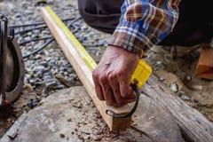 Pracownik budowlany używać miara narzędzie obrazy royalty free