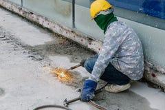 Pracownik budowlany używa benzynowego spawu stal w constructio Obraz Stock