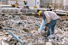 Pracownik budowlany używa benzynowego spawu stal w constructio Zdjęcie Stock