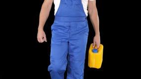 Pracownik budowlany w ciężkiego kapeluszu mienia plastikowym kanisterze i odprowadzeniu, Alfa kanał zdjęcie wideo